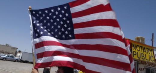 """Luis Romo, un organizador BNHR y """"DREAMer,"""" marcha en protesta por la administración récord de deportaciones en el discurso de inmigración de Obama en El Paso, Texas el 10 de mayo de 2011."""